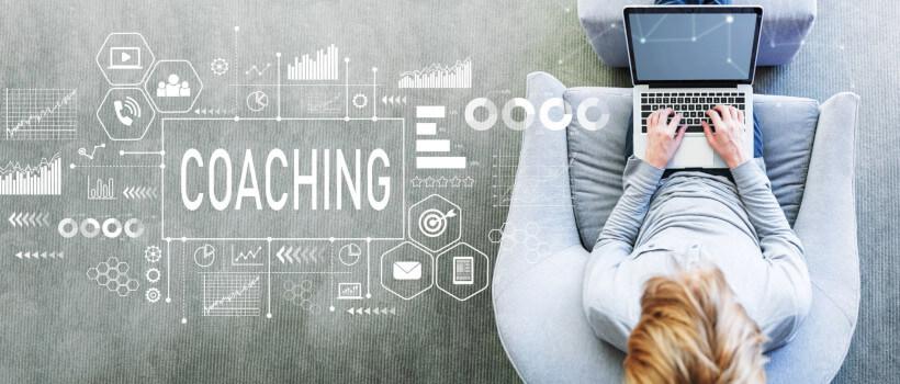 Case Interview Coaching: Frau tippt auf Laptop